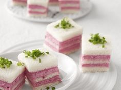 I cremini salati in rosa Delicati, gustosi e belli da vedere, i mini tramezzini alla robiola, colorati