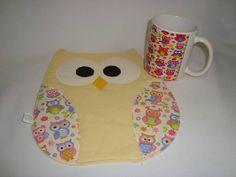 Mug Rug (tapetinho de caneca) + caneca de coruja. A toalhinha (tapetinho) pode ser confeccionado em outras cores. R$ 35,00