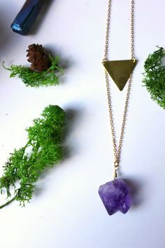 ※ Beautiful raw amethyst pendant necklace with a gold ton triangle. Simple and feminine !  ※ Total lenght : 40 cm Material : Brass gold ton.