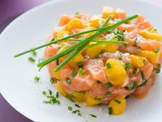 Tartare de saumon, mangue et ciboulette - Recettes Discover the recipe for salmon, mango and chive t Salmon Recipes, Chicken Recipes, Mango Recipes, Tartare Recipe, Salmon Tartare, Tapas Menu, Fast Food, Cooking Recipes, Healthy Recipes
