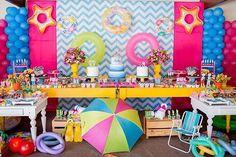 Uma pool party linda Decoração: @janinhamimos Maquetes: @liaschimildt Capas cadeiras e mesas: @festanca_capas Doces: @coisasdelicias Foto @carolarnonefotografia