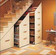 Sous l 39 escalier une biblioth que sur un axe roulettes cache l 39 int - Amenager sous escalier ...