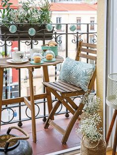 Das Leben in Farbe in Madrid – Teodora Nikolovska - Balkon ideen - Balcony Furniture Design Plant Decor, Room Decor, Outdoor Decor, Decor, Popsicle Stick Crafts House, Apartment Decor, Small Balcony Decor, Apartment Garden, Home Decor