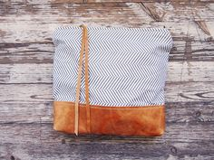 Use leather/vinyl, potentially put magnet clip for a fold over clutch Beautiful Bags, Zig Zag, Fashion Bags, Fashion Shoes, Girl Fashion, Bag Accessories, Purses And Bags, Vintage Fashion, Crafty