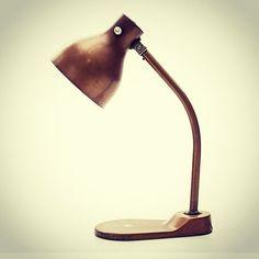 Lampada da tavolo anni 50 Produzione Pollice - Italia colore bronzo o in metallo  #lamp #tablelamp #design #modernism #brass #bronzo #bronze #vintage #style #spazio900design #madeinitaly #lighting #50s  http://ift.tt/1Qoy6Zk