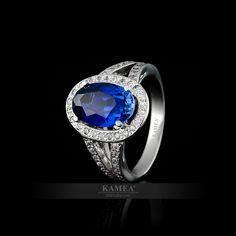 Exkluzívny zásnubný prsteň z bieleho 14 karátového zlata, osadený Swarovski zirkónmi. Možnosť vyhotovenia v žiarivom bielom zlate, v klasickom žltom zlate a v romantickom červenom zlate, v zirkónovej aj v diamantovej verzii. V prsteni je vsadený 1 centrálny kameň a 60 ďalších zirkónov. Swarovski, Sapphire, Rings, Jewelry, Jewlery, Jewerly, Ring, Schmuck, Jewelry Rings