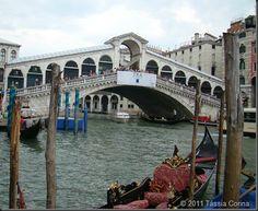 Conheça a Ponte do Rialto, que é a ponte mais famosa de Veneza. Ela foi por muito tempo, a única ligação entre os dois lados do Grande Canal.