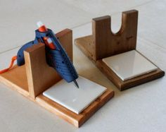 Make your own DIY glue gun holder! – Craft projects for every fan! Diy Glue, Glue Gun Crafts, Wood Crafts, Fun Crafts, Cardboard Crafts, Craft Room Storage, Craft Organization, Klebepistole Halter, Glue Gun Holder