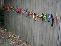 Når foråret kommer begynder børnene at tage frakker og trøjer af op ad dagen, i takt med at solen får kraft og giver mere varme. Og så ligger alt tøjet dér i en bunke (eller spredt rundt på hele le… Diy Arts And Crafts, Fall Crafts, Diy Crafts For Kids, Wood Crafts, Diy Projects To Try, Craft Projects, Alice In Wonderland Diy, Amazing Pumpkin Carving, Idee Diy
