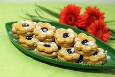 Tieto kvietky - koláčiky nie sú uplne ako linecké. Cesto je bez cukru, bez vajec a zo špaldovej múky. Preto ich môžu aj cukrovkári, len namiesto slivkového lekváru použijú dia džem. Zlepovať koláčiky môžete samozrejme aj niečim iným, ale slivkový lekvár je v kombinácii s týmto cestom najchutnejší. Cupcake Cakes, Cupcakes, Tea Time, Biscuits, Cereal, Ale, Muffins, Favorite Recipes, Cookies