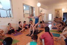 Con elementos de apoyo, combinado con ejercicios de acrobacia, suspendida en el aire o con el juego como facilitador. En el Día Internacional del Yoga, te mostramos algunas variedades de esta disciplina milenaria que sana cuerpo, mente y alma.  #valencia #castellon #alicante #xativa #benidorm #ibiza #mallorca #wellness #ejercicio #moda #tendencias #fitness #yogaaereo #pilatesaereo #bienestar #aeroyogamexico #aeroyogabrasil #yogaaerien #aeropilates #aeroyoga