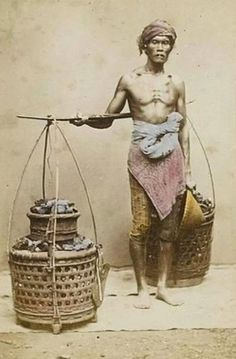86 Amazing old photos of Indonesian people Old Pictures, Old Photos, Vintage Photos, Bali, Dutch East Indies, National Treasure, Orient, Mural Art, Borneo