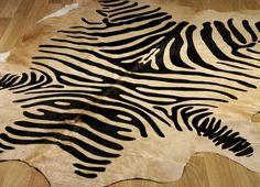 Koberec z prírodnej kože - Zebra print bežová  Váha: 3 Kg  Veľkosť kožušiny: 1,80 x 3,00m  Farba: Zebra print-bežová  Materiál: koža  Vyhotovenie koberca: ručne ukončený  Krajina pôvodu: Brazília  Kožušiny-koberce
