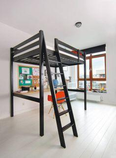 MIESZKANIE. siedmioletniemu Aleksandrowi wystarczy jeden wielo-funkcyjny młodzieżowy mebel. Pod piętrowym łóżkiem urządzono kącik do nauki -zamiast biurka chłopiec wolał prosty drewniany blat kupiony wmarkecie budowlanym.