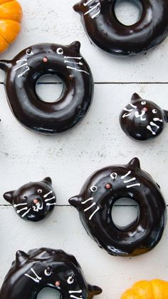 Get your chocolate frosted donuts Halloween with a few simple, and adorable, tweaks. Get your chocolate frosted donuts Halloween with a few simple, and adorable, tweaks. Donut Recipes, Baking Recipes, Dessert Recipes, Halloween Desserts, Halloween Donuts, Halloween Cakes, Halloween Art, Halloween Treats, Delicious Donuts