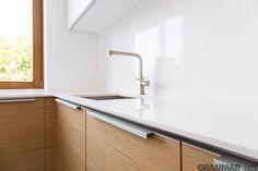 Vega pięknie wtapia się w śnieżnobiałe ściany #blatkuchenny #kuchnia #wnętrze
