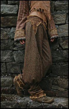 Damenhosen aus Wolle mit Mayan Aztec-Stickerei, Woolen women Pants Trousers with Mayan Aztec embroidery Pour longueur écrivez juste réelle longueur de jambe de ligne de ceinture jusquà votre coll. Gypsy Style, Hippie Style, Bohemian Style, Hippie Boho, Boho Chic, Winter Hippie, Hippie Shoes, Bohemian Pants, Gypsy Chic