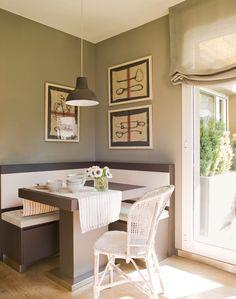 23_Office en rincón de la cocina con banco con hueco de almacenaje, pared verde, camino de mesa y silla de fibra natural_00402327