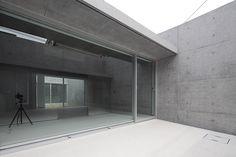 Vivienda minimalista de hormigón en forma de L, por Kazunori Fujimoto