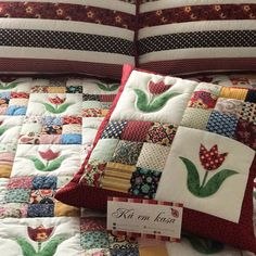 Patchwork Cushion, Quilted Pillow, Cushion Fabric, Patchwork Bags, Colchas Quilting, Quilting Projects, Sewing Projects, Applique Pillows, Applique Quilts