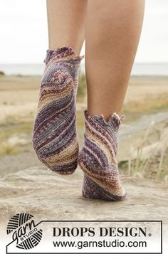 Socks & Slippers - Free knitting patterns and crochet patterns by DROPS Design Knitting Patterns Free, Free Knitting, Free Pattern, Crochet Patterns, Drops Design, Knitted Slippers, Crochet Slippers, Magazine Drops, Point Mousse