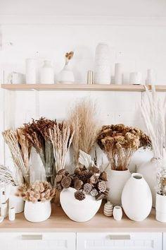 Dried Flower Bar Neutral Beauties - Blumenarrangements im Haus Dried Flower Arrangements, Dried Flowers, Flowers Vase, Deco Studio, Flower Bar, White Vases, Home Design, Interior Design, Ceramic Vase