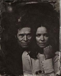 Rachel McAdams and Williem Dafoe style ancien grâce à la très vieille technique de la photographie développée sur une plaque d'étain. Un rendu puissant avec des célébrités aux visages mélancoliques et touchants.