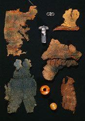 Farver og mønstre i ældre jernalder.  To tredjedele af de mosefundne tekstiler fra ældre jernalder er mønstrede, og de viser os, at farver, hvad enten de stammer fra naturlige eller påførte farver, blev brugt bevidst i tekstildesignet. Striber og tern er udbredte mønstre, og mønstre i stof kan opnås på flere forskellige måder. I det danske materiale fra ældre jernalder finder vi følgende metoder:  Farvede, indvævede mønstre, der fremkommer ved at anvende garn i forskellige farver i…