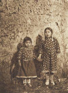 Sisters - Apsaroke (The North American Indian, v. IV. Cambridge, MA: The University Press, 1909)