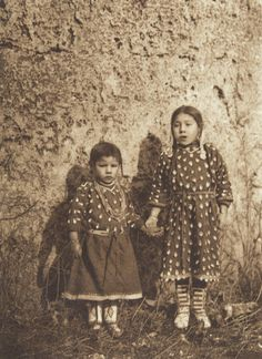 Sisters - Apsaroke (The North American Indian, v. IV. Cambridge, MA: The University Press, 1909)