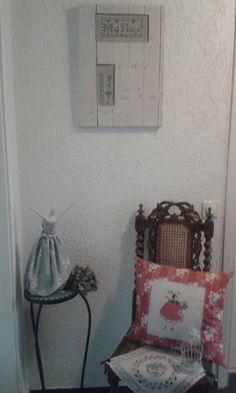 """Ich nenne diese Arbeit """" my Place"""" Die Stickerei ist von mir und die Holzarbeit von meinem Mann. Hier haben wir einen Schlüsselverwahrer erarbeitet. Hat viel Spaß gemacht. Das Kissen mit der dicken Frau ist ein Motiv (gestickt) von acufactum und die genähte Figur ist ebenfalls ein Entwurf von acufactum"""