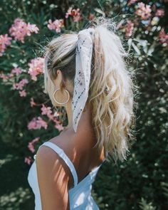 hair inspo How to Style Bows In Your Hair With Scarf Celebrity Fashion, Outfit Trends And Beauty Tips Scarf Hairstyles, Summer Hairstyles, Messy Hairstyles, Hairstyle Ideas, Hair Ideas, Bandana Hairstyles For Long Hair, Cute Blonde Hairstyles, Simple Hairstyles For Medium Hair, Messy Blonde Hair
