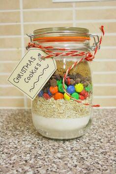 regali-natale-proposta-realizzata-proprie-mani-barattolo-conserve-interno-cereali-cioccolatini-etichetta