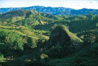 La roca magmática aflora en la medida en que profundiza la erosión sobre el altiplano hasta excavar profundos cañones.