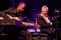 Saturday Night Earl Klugh and Burt Bacharach play together on stage.