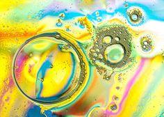 Come fare la schiuma colorata nella vasca da bagno dei bambini