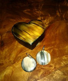 hand made Earing and box made with zebù horn from Madagascar ... www.tropicolormg.it