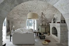 Located in Puglia, Italy. A 300 sqm castle with consistently beautiful and vibrant limestone floors and walls in the south. The summer house in Puglia is a pastiche of an Italian farmhouse. Beautiful Villas, Beautiful Homes, Beautiful Space, Brick And Stone, White Stone, Dry Stone, Stone Walls, Brick Walls, Brick Archway