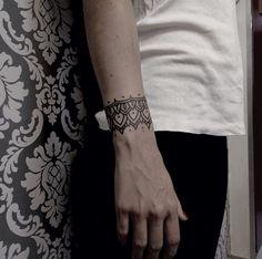 Desenhos despojados na pele e muito estilo por Matik Tattoo