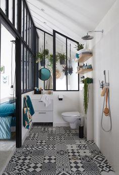 Des WC dans une salle de bains au style vintage