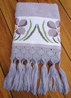 Toalha de rosto na cor lilás, bordada em ponto cruz com acabamento em macramê. R$ 65,00