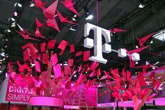 """Telekom Hannover Messe 2017 Unter dem Motto """"Digitalisierung. Einfach. Machen."""" präsentierte sich die Telekom auf der Hannover Messe, der Weltleitmesse der Industrie. Unser Unternehmen fertigte im Auftrag der hartmannvonsiebenthal GmbH 160 Vögel und 320 Blätter für das Dach des Telekom Messestandes."""