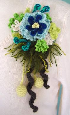 *NOW WITH PHOTO TUTORIAL* A great way to use up scrap yarn! Brooches! - CROCHET