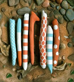 7 painted driftwood sticks, blue and orange, stripes, polka dots, patterns This listing is for 7 chubby driftwood sticks. Driftwood Jewelry, Driftwood Crafts, Kids Crafts, Diy And Crafts, Arts And Crafts, Twig Art, Painted Driftwood, Stick Art, Branch Decor