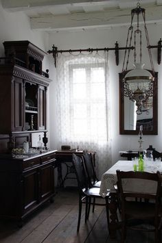 Super Old House Interior White Ideas Victorian Interiors, Victorian Decor, Vintage Interiors, Victorian Homes, White Cottage, Gothic House, Historic Homes, Beautiful Interiors, Interiores Design