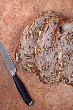 Pane alle Noci Senza Impastare farina forte 450 gr. noci sgusciate 120 gr. sale 8 gr. lievito secco 2 gr. acqua fredda (12-18°C) 350 gr. pepe nero macinato fresco q.b.