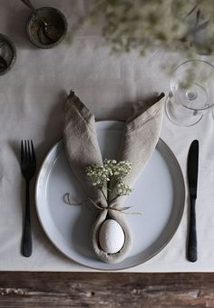 Simple Easter Table DIY: bunny ear napkins (my Scandinavian home) - . - Simple Easter Table DIY: Bunny ear napkins (my Scandinavian home) – If you want to do something s - Easter Brunch, Easter Party, Easter Weekend, Hoppy Easter, Easter Eggs, Easter Bunny Ears, Bunnies, Diy Osterschmuck, Fiestas Party