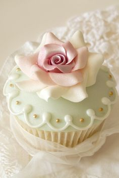 Pastel Cupcake with Two Tone Rose - love the colour combination on this cupcake