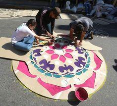 alfombras5.1(800x600) Flower Rangoli, Rangoli With Dots, Golden Temple, Rangoli Designs, Silk Painting, Day Of The Dead, Flower Decorations, Paper Art, Book Art