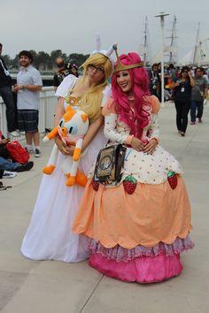 secretlifeofzoe:  Incredible Princess Bubblegum and Fionna cosplayers at San Diego Comic Con!